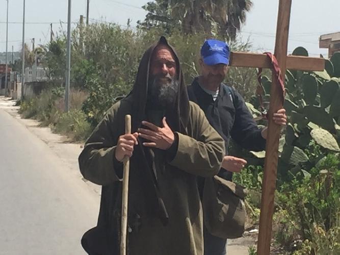 http://www.ragusanews.com//immagini_articoli/19-04-2015/il-missionario-biagio-conte-recita-il-pater-noster-sulla-scicli-donnalucata-500.jpg