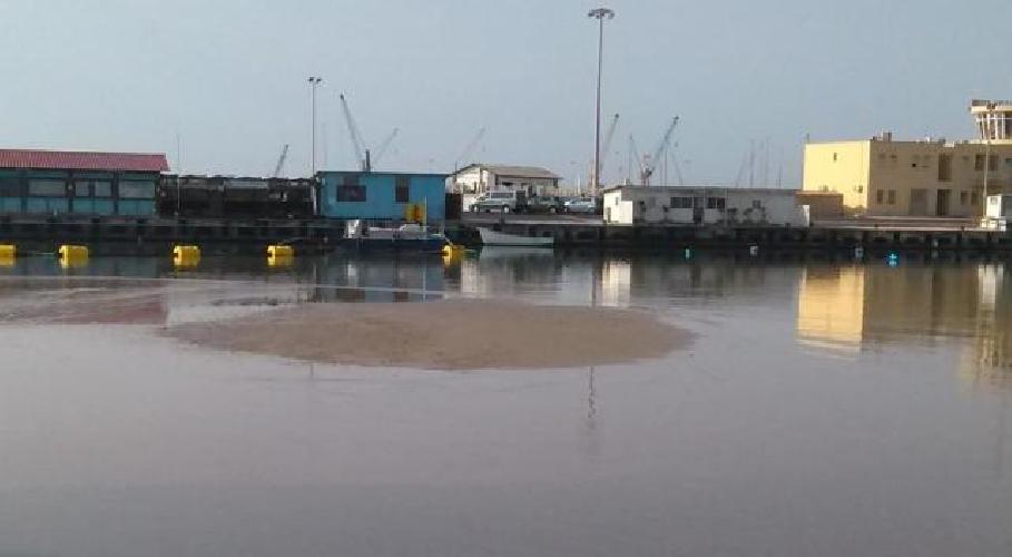 https://www.ragusanews.com//immagini_articoli/19-04-2015/sbuca-un-isolotto-di-sabbia-nel-porto-piccolo-500.jpg