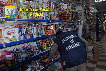 http://www.ragusanews.com//immagini_articoli/19-04-2017/marchi-contraffatti-sequestrati-comiso-mila-articoli-240.jpg
