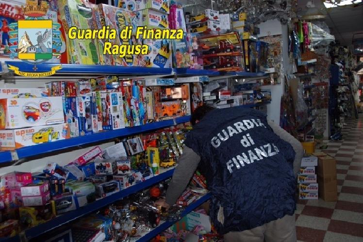 https://www.ragusanews.com//immagini_articoli/19-04-2017/marchi-contraffatti-sequestrati-comiso-mila-articoli-500.jpg
