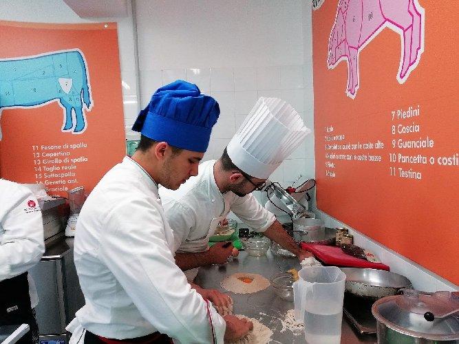 https://www.ragusanews.com//immagini_articoli/19-04-2018/1524155463-splash-giuseppe-aristia-vince-concorso-gastronomico-primi-foto-12-500.jpg