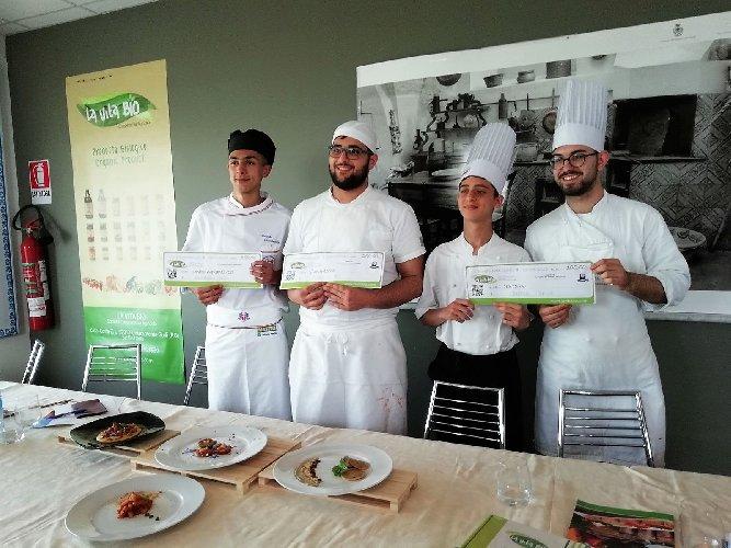 https://www.ragusanews.com//immagini_articoli/19-04-2018/1524155463-splash-giuseppe-aristia-vince-concorso-gastronomico-primi-foto-4-500.jpg