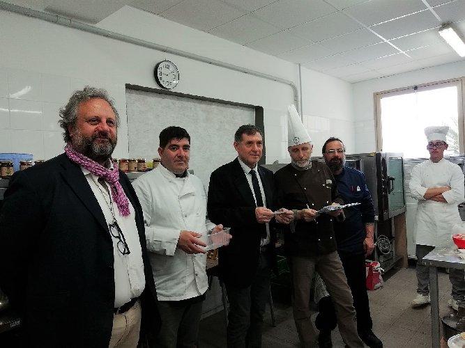 https://www.ragusanews.com//immagini_articoli/19-04-2018/1524155463-splash-giuseppe-aristia-vince-concorso-gastronomico-primi-foto-6-500.jpg