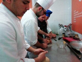 https://www.ragusanews.com//immagini_articoli/19-04-2018/1524155463-splash-giuseppe-aristia-vince-concorso-gastronomico-primi-foto-8-240.jpg