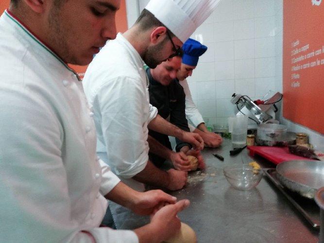 https://www.ragusanews.com//immagini_articoli/19-04-2018/1524155463-splash-giuseppe-aristia-vince-concorso-gastronomico-primi-foto-8-500.jpg