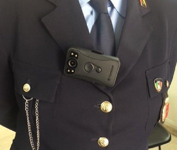https://www.ragusanews.com//immagini_articoli/19-04-2018/vigili-urbani-modica-telecamera-addosso-500.jpg
