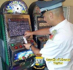 https://www.ragusanews.com//immagini_articoli/19-04-2019/scommesse-clandestine-ragusano-scoperte-macchinette-illegali-240.jpg
