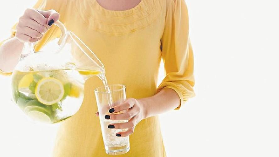 https://www.ragusanews.com//immagini_articoli/19-04-2020/bere-acqua-e-limone-al-mattino-i-benefici-per-il-nostro-organismo-500.jpg
