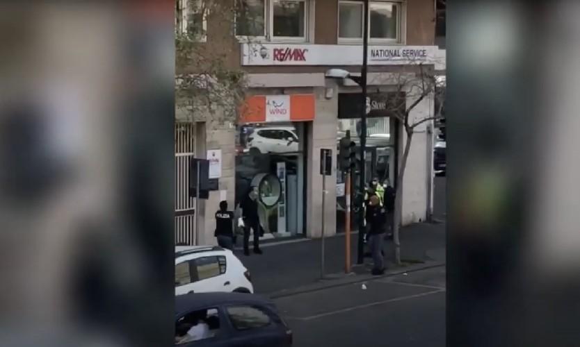 https://www.ragusanews.com//immagini_articoli/19-04-2020/dieci-poliziotti-per-bloccare-un-solo-uomo-accade-a-catania-video-500.jpg