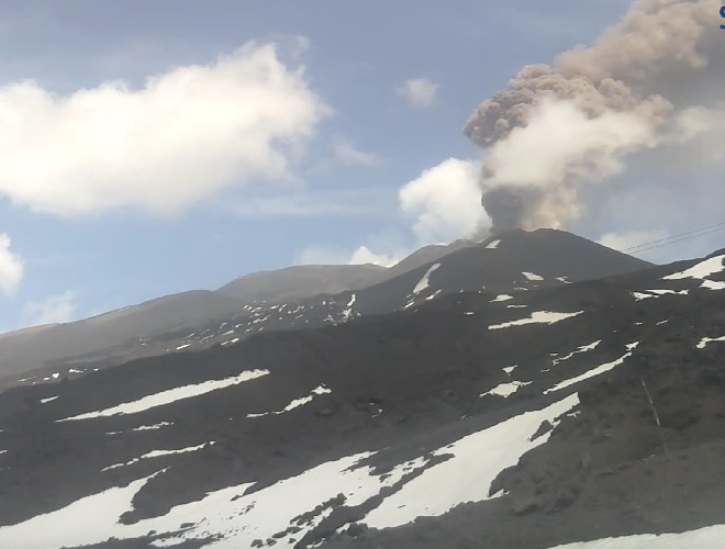 https://www.ragusanews.com//immagini_articoli/19-04-2020/l-etna-e-in-eruzione-500.jpg