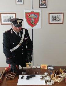 https://www.ragusanews.com//immagini_articoli/19-04-2021/andava-in-giro-armato-e-deteneva-arsenale-arrestato-49enne-modicano-280.jpg