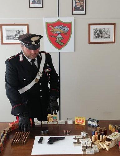 https://www.ragusanews.com//immagini_articoli/19-04-2021/andava-in-giro-armato-e-deteneva-arsenale-arrestato-49enne-modicano-500.jpg
