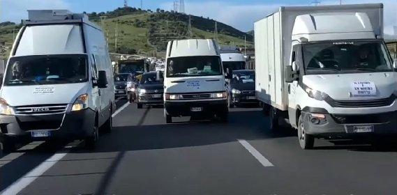 https://www.ragusanews.com//immagini_articoli/19-04-2021/catania-gli-ambulanti-bloccano-il-traffico-sulla-tangenziale-video-280.jpg