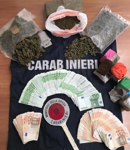 https://www.ragusanews.com//immagini_articoli/19-05-2017/droga-hashish-autosalone-500.jpg