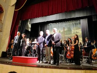 http://www.ragusanews.com//immagini_articoli/19-05-2018/orchestra-sinfonica-solisti-liceo-verga-modica-concerto-240.jpg