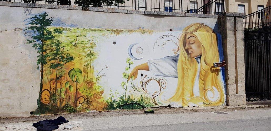 https://www.ragusanews.com//immagini_articoli/19-05-2018/streetart-borgo-ferla-adotta-larte-carmela-garro-500.jpg