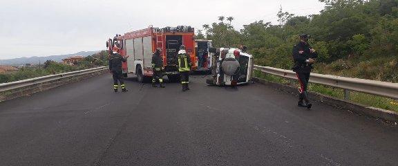 https://www.ragusanews.com//immagini_articoli/19-05-2019/incidente-bronte-catania-ferito-un-donnalucatese-240.jpg