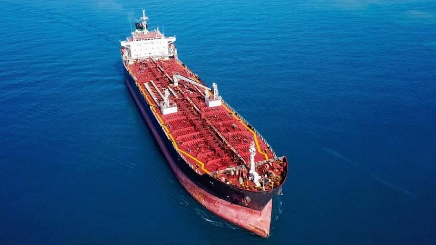 https://www.ragusanews.com//immagini_articoli/19-05-2020/petroliera-sversa-olio-in-mare-beccata-500.jpg