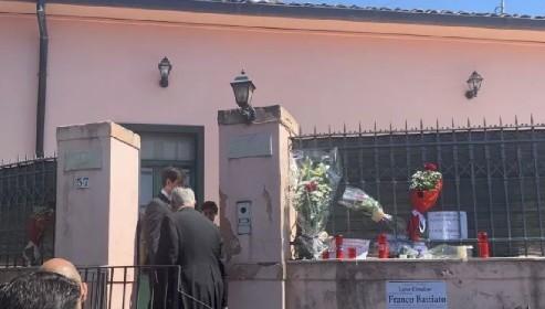 https://www.ragusanews.com//immagini_articoli/19-05-2021/celebrati-i-funerali-di-battiato-la-preghiera-di-franco-280.jpg