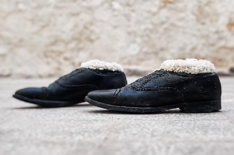 http://www.ragusanews.com//immagini_articoli/19-06-2014/scarpe-che-camminano-sole-per-strada-a-scicli-500.jpg
