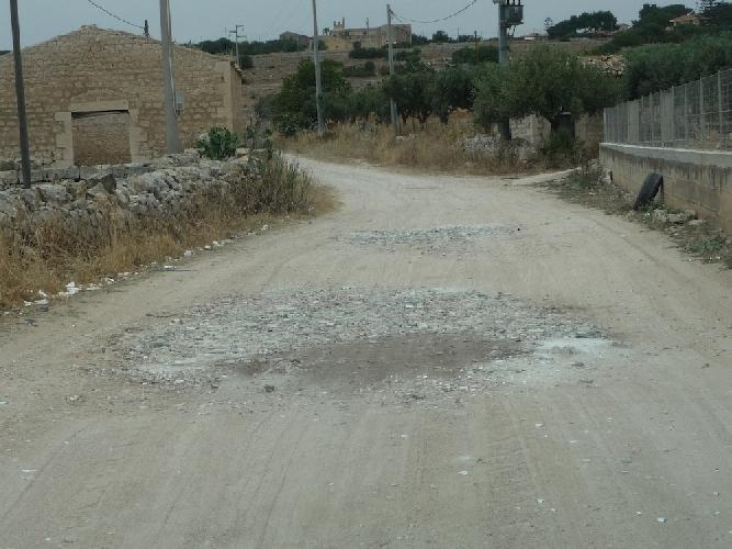 http://www.ragusanews.com//immagini_articoli/19-06-2014/uso-improprio-della-stradella-che-conduce-al-convento-delle-milizie-500.jpg