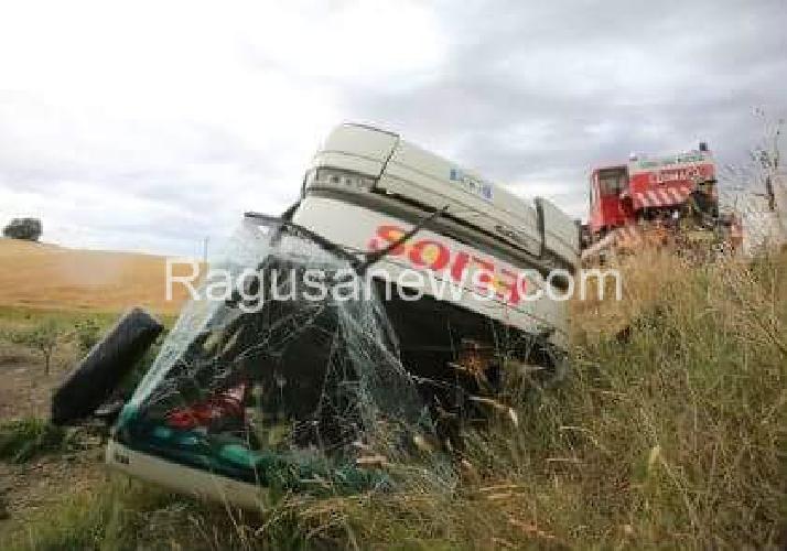 http://www.ragusanews.com//immagini_articoli/19-06-2016/un-bus-con-migranti-finisce-fuoristrada-feriti-500.jpg