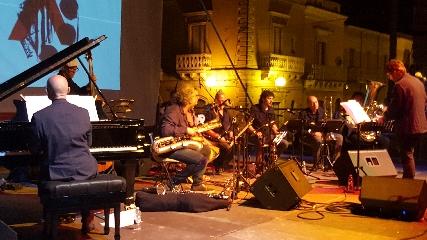 http://www.ragusanews.com//immagini_articoli/19-06-2017/vittoria-jazz-fest-appuntamento-quartaronevenuto-240.jpg