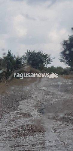 https://www.ragusanews.com//immagini_articoli/19-06-2018/chiaramonte-fiume-fango-contrada-petraro-video-500.jpg