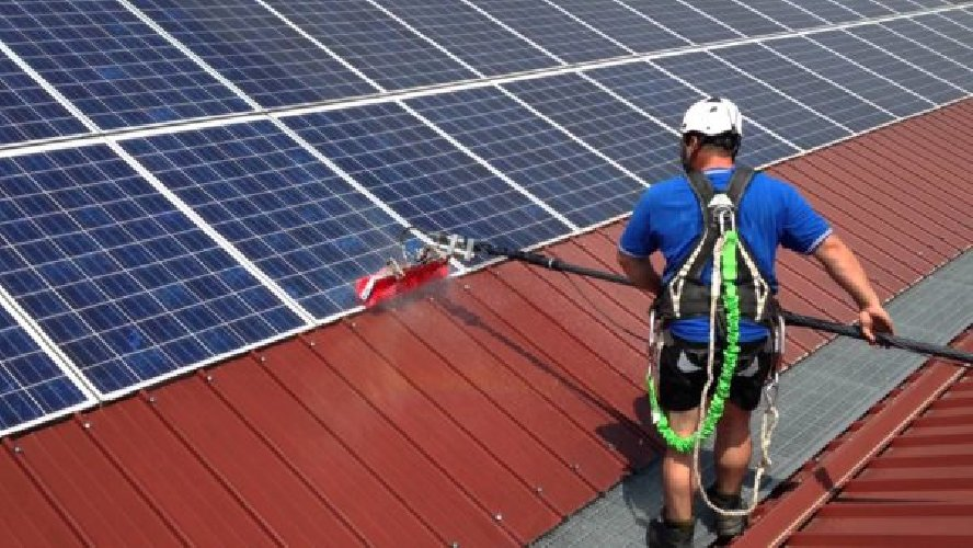 https://www.ragusanews.com//immagini_articoli/19-06-2018/pulisce-pannelli-solari-cade-tetto-grave-500.jpg