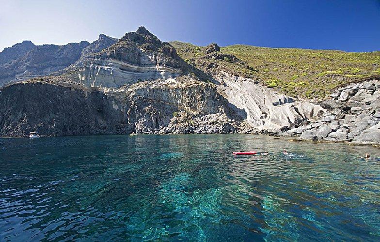 https://www.ragusanews.com//immagini_articoli/19-06-2018/tour-pantelleria-500.jpg