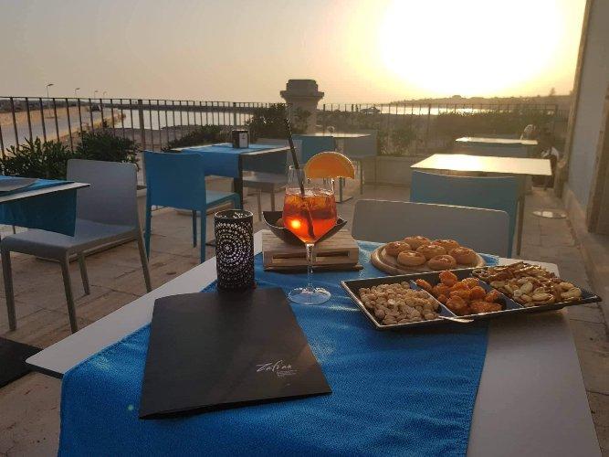 https://www.ragusanews.com//immagini_articoli/19-06-2019/apre-zafran-bar-happy-hour-al-tramonto-500.jpg