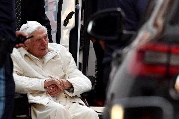 https://www.ragusanews.com//immagini_articoli/19-06-2020/papa-benedetto-xvi-ha-lasciato-il-vaticano-per-sempre-240.jpg