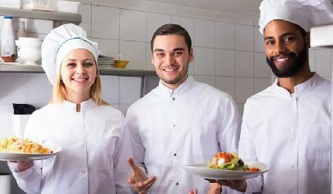 https://www.ragusanews.com//immagini_articoli/19-06-2021/non-si-trovano-camerieri-e-chef-neanche-a-pagarli-oro-280.jpg