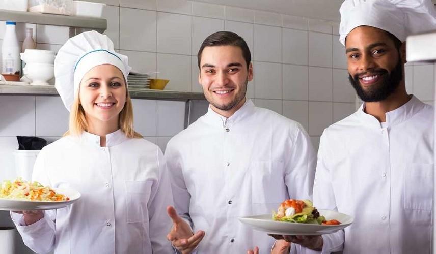 https://www.ragusanews.com//immagini_articoli/19-06-2021/non-si-trovano-camerieri-e-chef-neanche-a-pagarli-oro-500.jpg