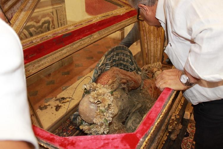 http://www.ragusanews.com//immagini_articoli/19-07-2015/ad-acate-ispezionata-la-mummia-di-san-vincenzo-500.jpg