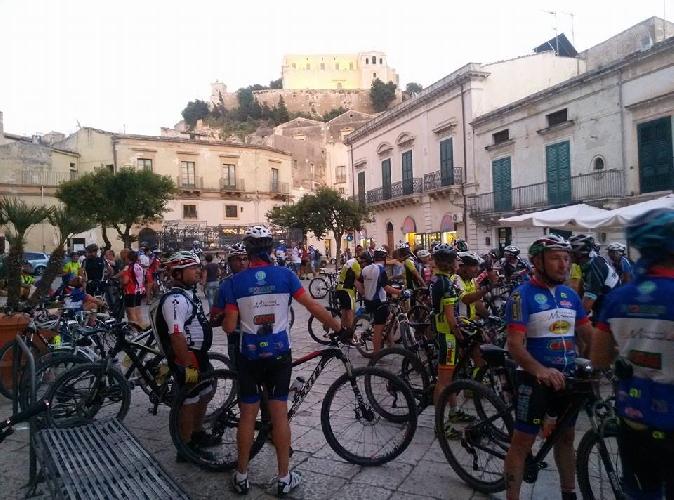 https://www.ragusanews.com//immagini_articoli/19-07-2015/ciclisti-in-notturna-a-scicli-500.jpg