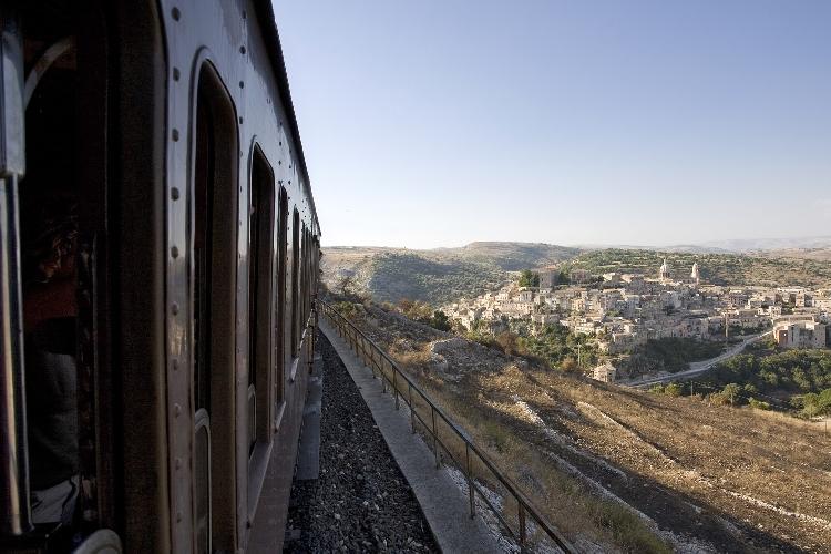 https://www.ragusanews.com//immagini_articoli/19-07-2016/torna-il-treno-barocco-500.jpg