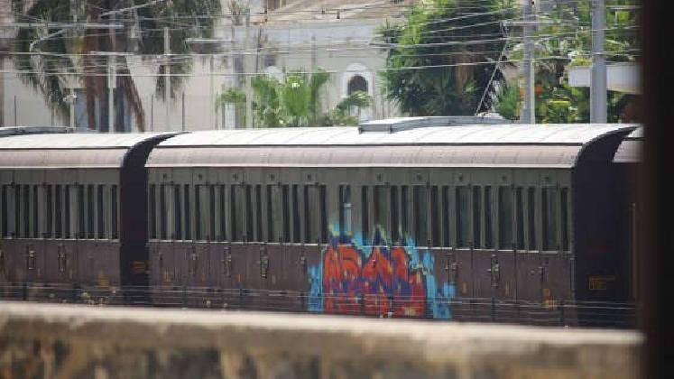 https://www.ragusanews.com//immagini_articoli/19-07-2016/vandali-imbrattano-il-treno-barocco-420.jpg