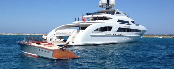 https://www.ragusanews.com//immagini_articoli/19-07-2018/beyonce-arriva-siracusa-yacht-240.jpg