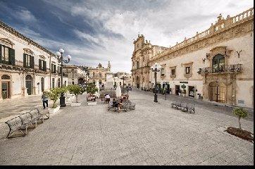https://www.ragusanews.com//immagini_articoli/19-07-2018/presenta-sicilia-piazza-rotoletti-240.jpg