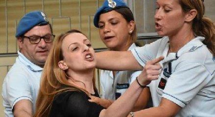 https://www.ragusanews.com//immagini_articoli/19-07-2019/veronica-citata-a-giudizio-per-le-minacce-al-nonno-di-loris-240.jpg