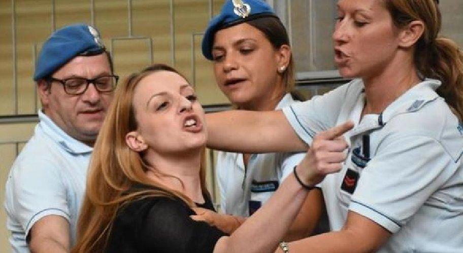 https://www.ragusanews.com//immagini_articoli/19-07-2019/veronica-citata-a-giudizio-per-le-minacce-al-nonno-di-loris-500.jpg