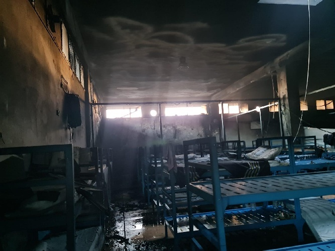 https://www.ragusanews.com//immagini_articoli/19-07-2021/incendio-all-hotspot-di-pozzallo-7-su-36-sono-stati-riacciuffati-500.jpg
