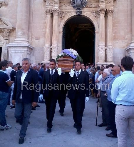http://www.ragusanews.com//immagini_articoli/19-08-2014/celebrati-i-funerali-di-giorgio-dipasquale-500.jpg