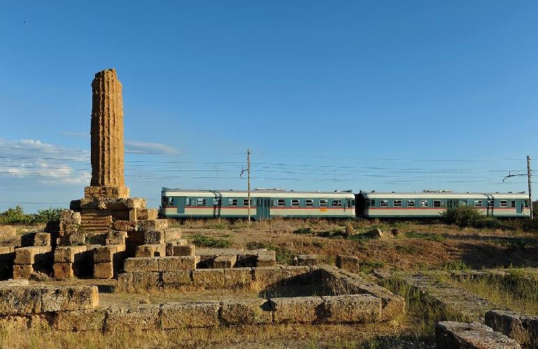 https://www.ragusanews.com//immagini_articoli/19-08-2017/treno-storico-guarda-scala-turchi-500.jpg