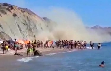 https://www.ragusanews.com//immagini_articoli/19-08-2018/crolla-spiaggia-bagnanti-fuga-video-240.jpg