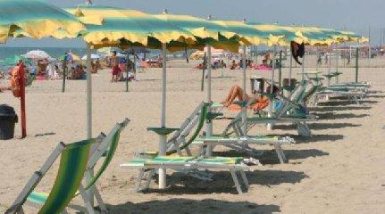 https://www.ragusanews.com//immagini_articoli/19-08-2018/litiga-vicino-ombrellone-prende-pistola-arrivano-carabinieri-240.jpg