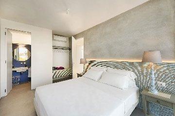 https://www.ragusanews.com//immagini_articoli/19-08-2019/1566230302-a-marina-di-ragusa-villas-don-serafino-4-240.jpg
