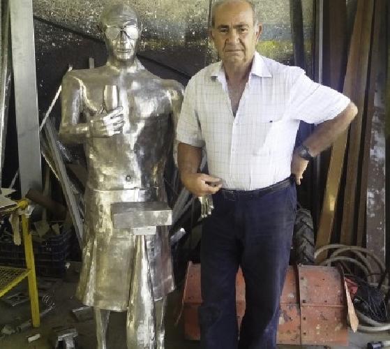 http://www.ragusanews.com//immagini_articoli/19-09-2014/rimosso-il-montalbano-d-acciaio-a-punta-secca-500.jpg
