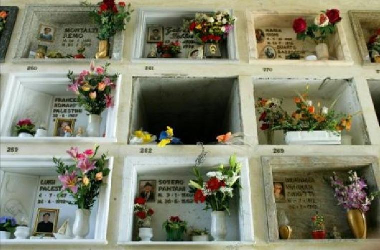 http://www.ragusanews.com//immagini_articoli/19-09-2015/vanno-al-cimitero-e-non-trovano-la-sepoltura-del-figlio-500.jpg